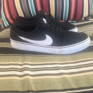 Nike SB sneakers black and white 5.5 Youth